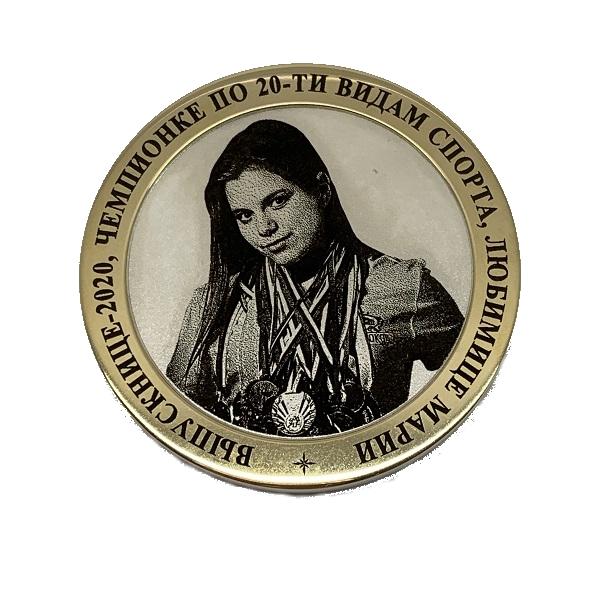 Медаль - подарок выпускнице.